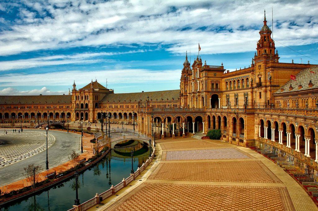 Plaza de España em Sevilha, entre as várias possibilidades acessíveis de passeio e lazer na Espanha