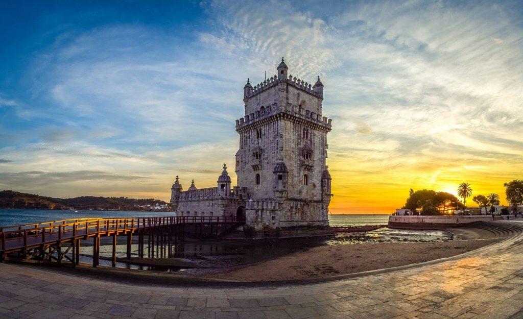 Torre de Belém, uma das várias opções para admirar o pôr-do-sol em Lisboa