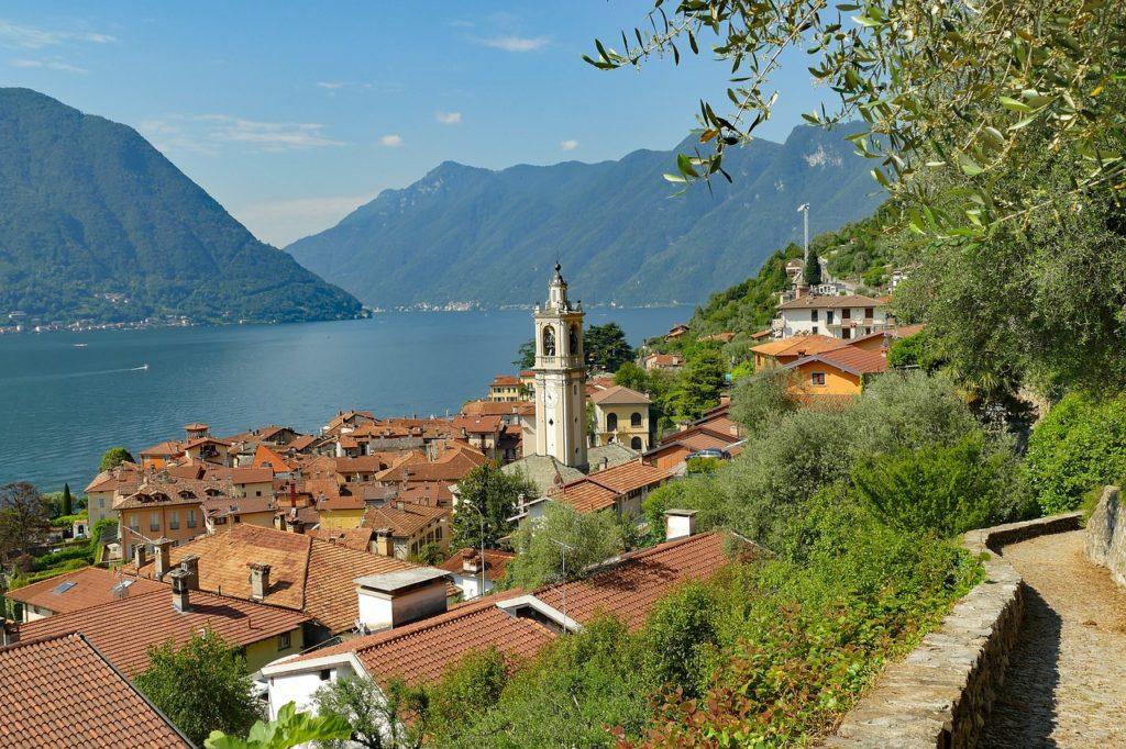 Lago de Como na Itália, o imenso lago azul que tem as montanhas dos Pré-Alpes como pano de fundo é literalmente coisa de cinema!