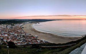 Um dos belos visuais em um dos miradouros / mirantes em Nazaré, Portugal