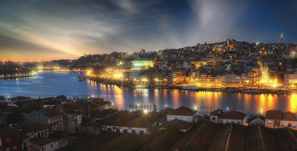 Visual noturno do Porto com a ponte Dom Luís I ao fundo