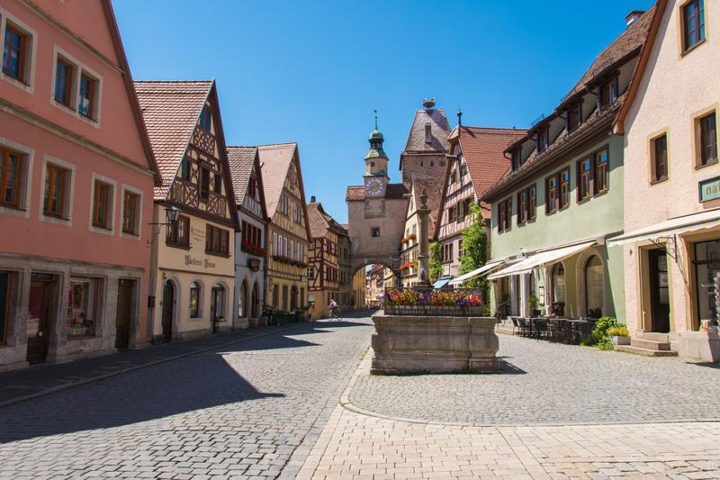 Rua charmosa e comércio em Rothenburg ob der Tauber