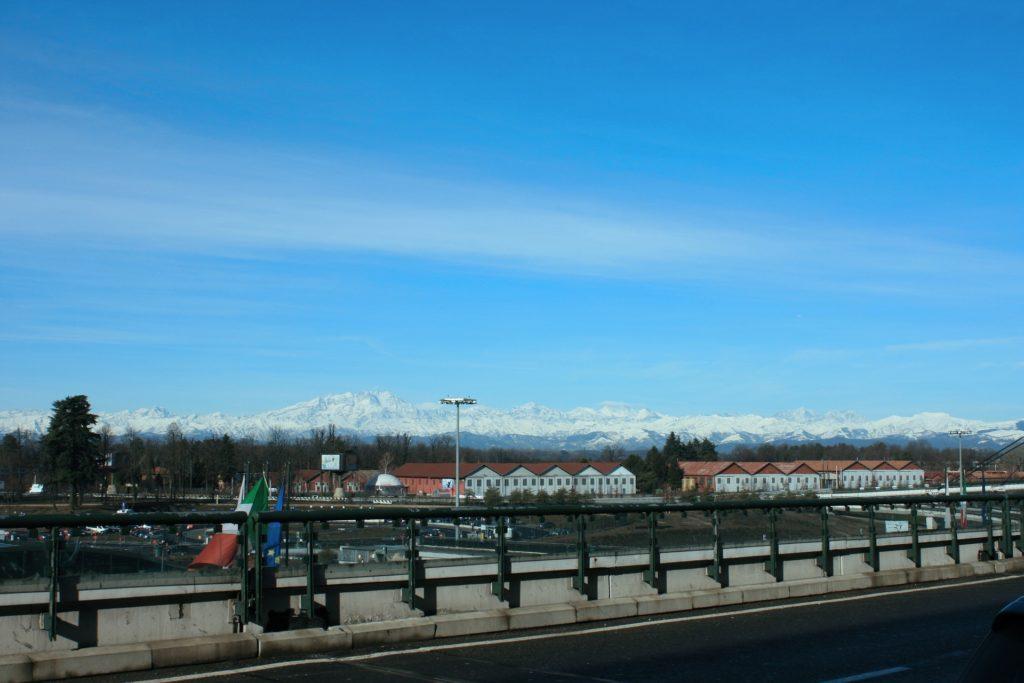 Um dos aeroportos na Itália mais movimentados, o Aeroporto Malpensa em Milão, com vista para os Alpes ao fundo.
