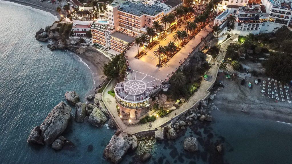 Balcón de Europa em Nerja, Málaga, que divide 2 das melhores praias espanholas.