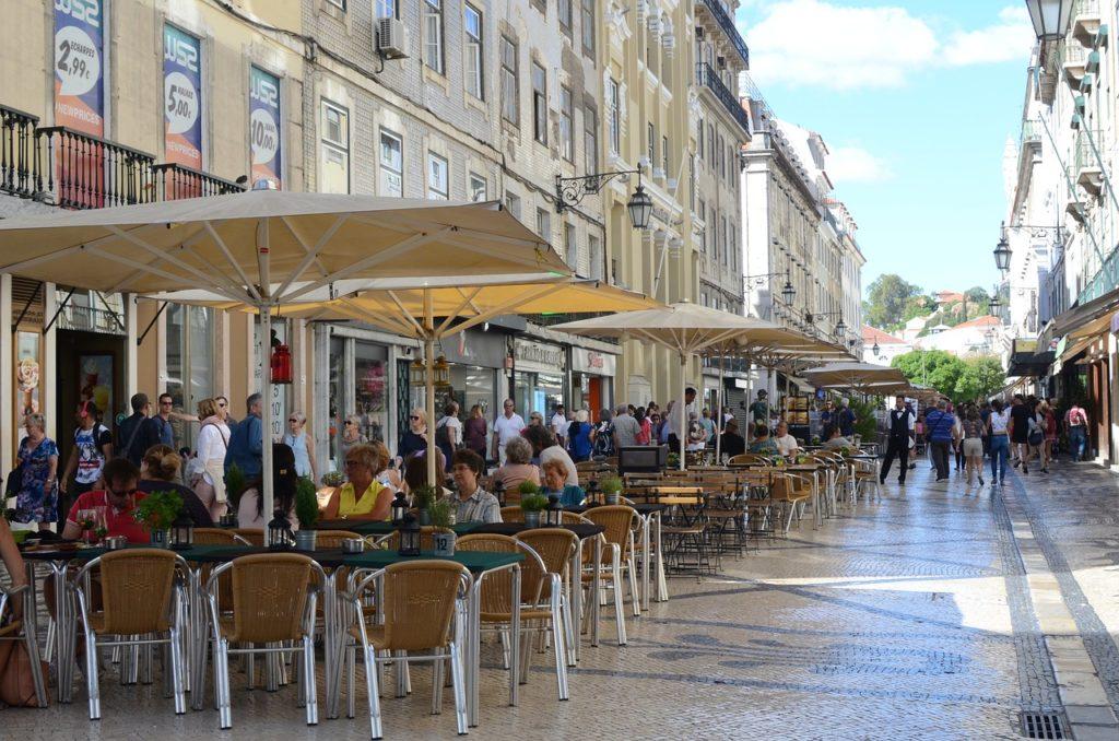 A estratégia de investir em franquias em Portugal passa pela escolha do local. Rua Augusta em Lisboa, um dos pontos mais movimentados do comércio em Portugal