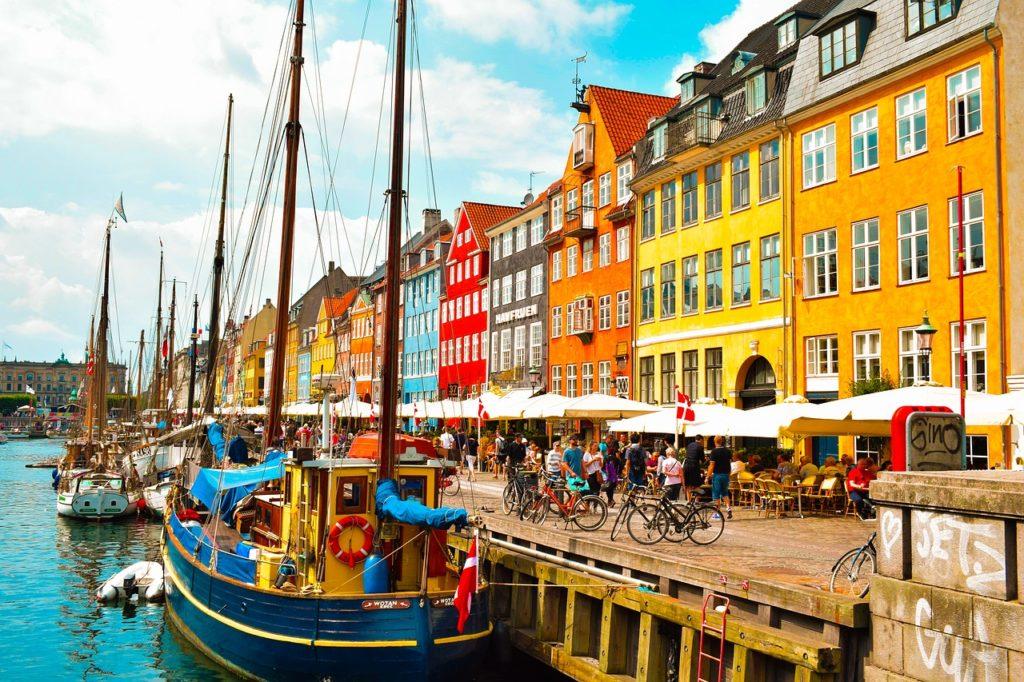 Uma das cidades coloridas da Europa, destacada neste ponto icônico de Copenhagen, o famoso porto de Nyhavn.