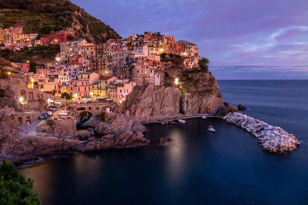 Manarola é uma das cinco cidadezinhas centenárias que formam o Cinque Terre. Lindas cidades coloridas da Europa.