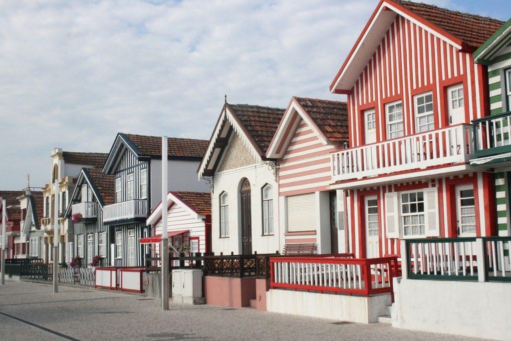 Essa cidade litorânea de Aveiro é conhecida pelas suas graciosas casinhas de madeira, pintadas em listras de cores vivas que se alternam com o branco.