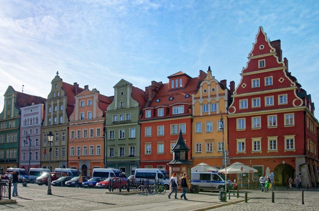 No coração de Wrocław, repleta de casas geminadas, de três andares, cheias de detalhes e cores vivas.